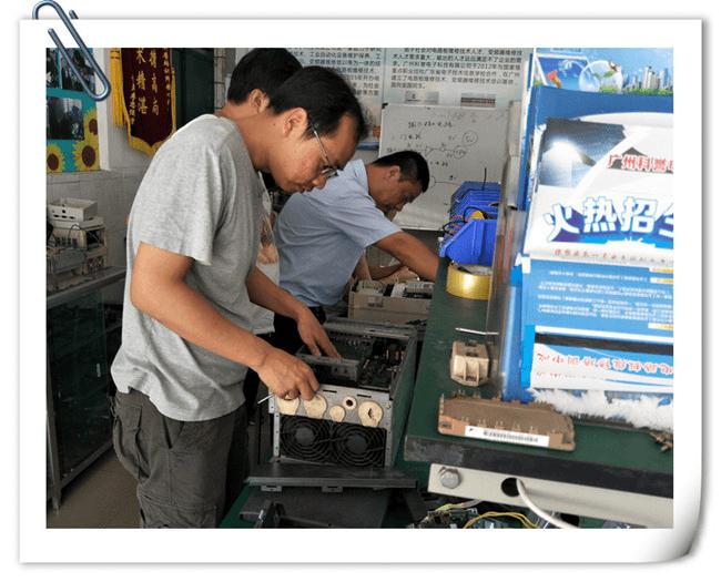 来自深圳的学员正在练习变频器维修技能.png